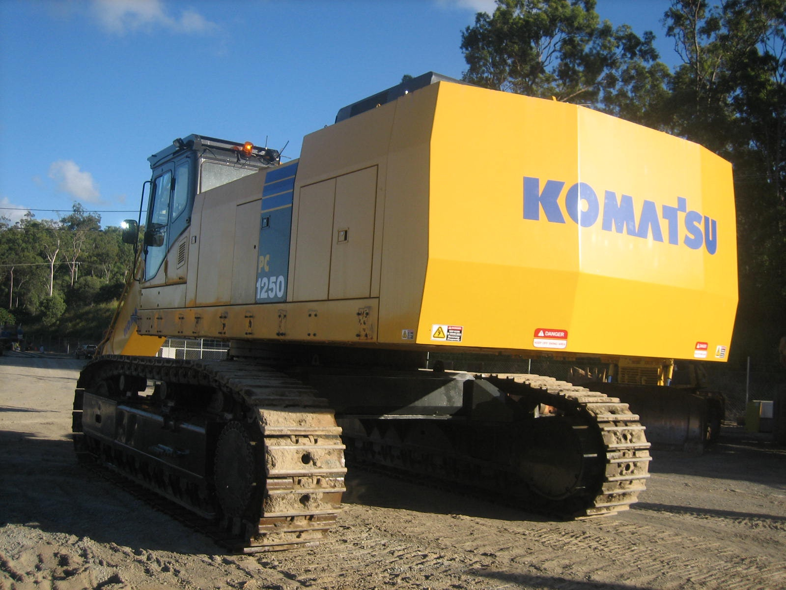101t - 200t Excavator for hire - Thomas Kingsley Resources Pty Ltd
