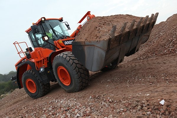3-6m cubed Bucket Capacity Loader for hire - Thomas Kingsley Resources Pty Ltd